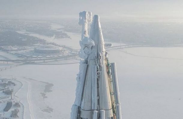 Фотограф снял сдрона покрытый снегом ильдом шпиль «Лахта центра»