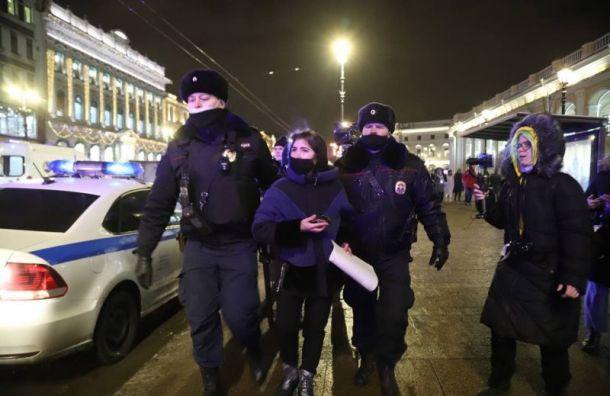 УГостиного Двора задержаны более десяти сторонников Навального