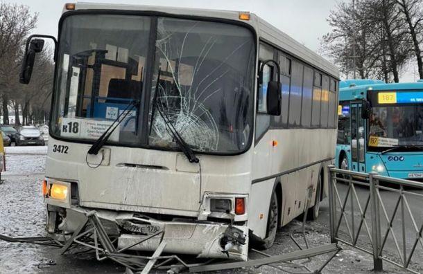 Автобус снес ограждение уТРК «Лето» ивылетел натротуар