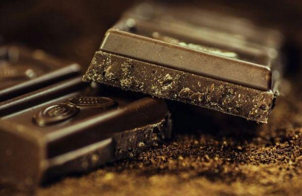 Сладкоежки украли савтозаправки наСизова почти 40 плиток шоколада