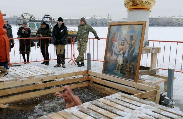Более 36 тысяч человек окунулись впроруби наКрещение вПетербурге