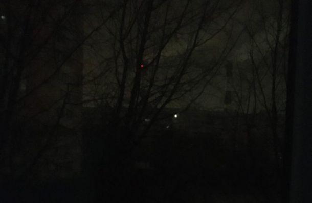 Петербуржцы жалуются намассовое отключение света наулице Пионерстроя