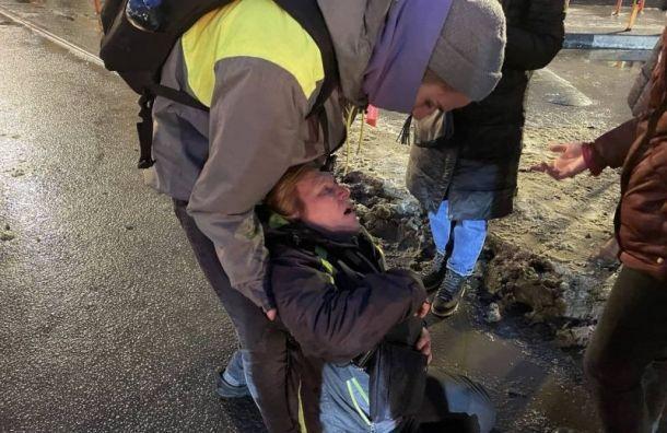Петербуржцы требуют наказать полицейского, пнувшего женщину намитинге