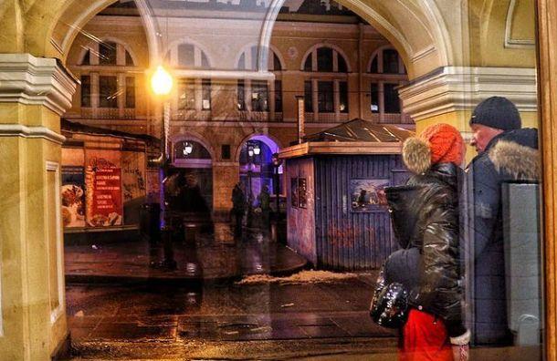 Вдоль Невского проспекта уГостиного Двора устанавливают ограждения