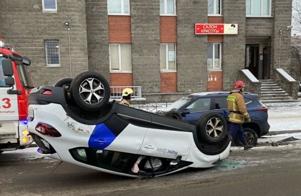 Каршеринговый Renault оказался накрыше после ДТП наулице Шаврова