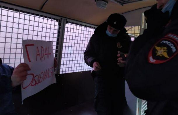 Полицейские задержали двух активистов уГостиного Двора