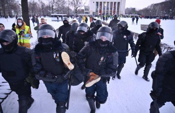 Первые массовые задержания начались наПионерской площади уТЮЗа