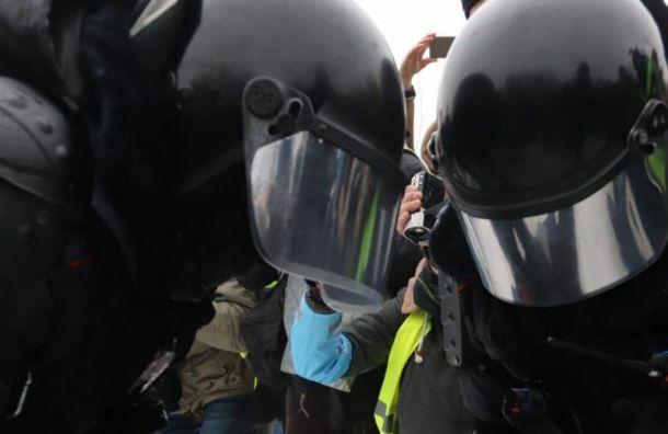 Сотрудник ППС вПетербурге ударил протестующую женщину ногой вживот