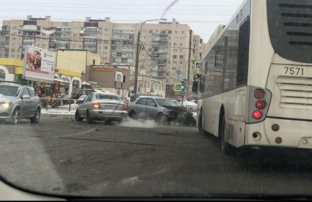 Автомобиль врезался втолпу людей наостановке наБухарестской улице