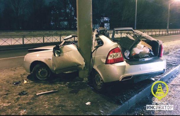 Водитель погиб после того, как автомобиль врезался вопору освещения