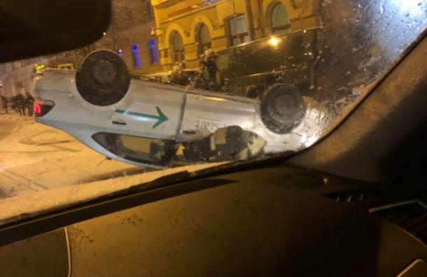 Перевернувшийся каршеринговый автомобиль остановил движение трамваев