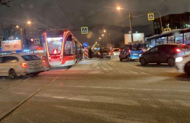 Машина врезалась вавтобус, снесла забор иуронила светофор