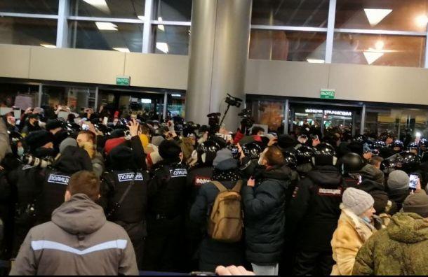 ОМОН, давка изадержания: как проходит час доприбытия Навального