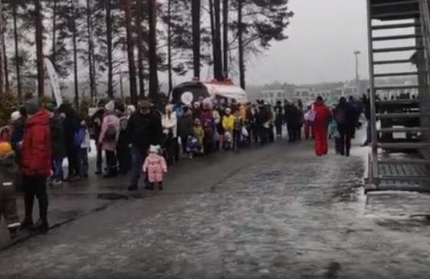 Петербуржцы сфотографировали огромные очереди в«Охта-парк»