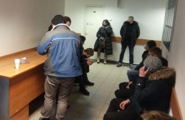 Часть задержанных наСенатской площади доставили вотдел полиции №54