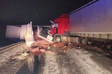 Четыре фуры попали встрашное ДТП вЛенобласти, один водитель погиб