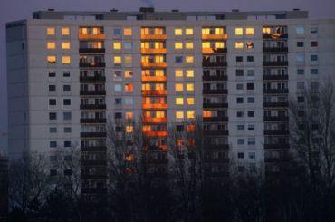 Мать выбросила трехлетнего ребенка изокна горящего здания