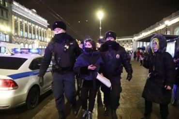 УГостиного Двора задерживают сторонников Навального