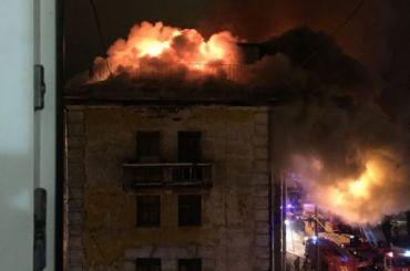 Более 80 человек эвакуировали издома вСертолово из-за пожара