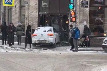 Автомобиль въехал вкофейню наБольшой Монетной улице