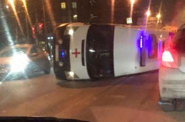 Машина скорой помощи спациентом имедиками перевернулась