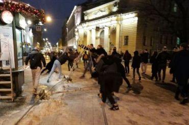 КамАЗы рассекают толпу протестующих наНевском проспекте
