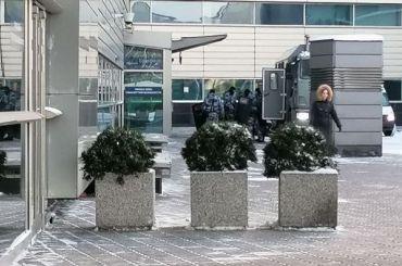 Вокруг аэропорта Внуково выстроились автозаки сомоновцами