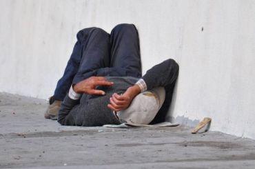 Петербургский мундеп помог местной жительнице выгнать бездомного наулицу