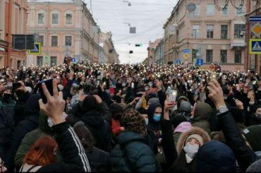 Тысячи протестующих зажгли фонарики наГороховой улице