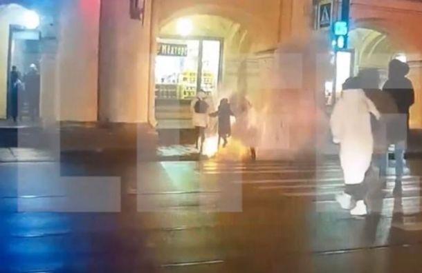 Огонь резко вспыхнул из-под тротуара вцентре Петербурга