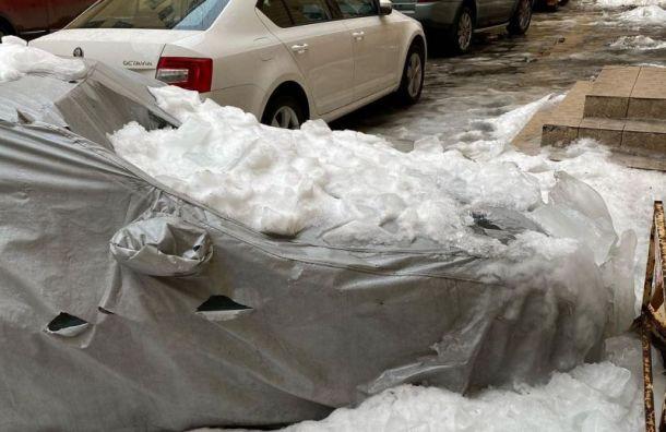 Ледяные глыбы обрушились наприпаркованные машины наНевском проспекте