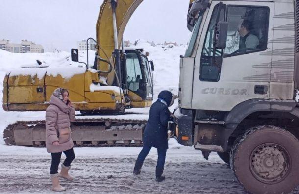 Рискуя собой, общественники задержали мусоровозы насвалке вУгольной гавани