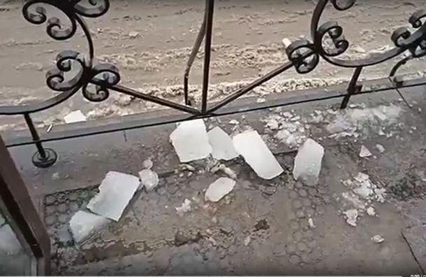 Глыба льда упала наголову петербуржцу, когда онвыходил измагазина