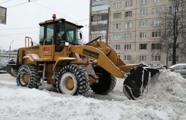 Более тысячи спецмашин убирают последствия снегопада вПетербурге