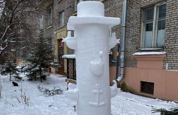 Петербургский пенсионер создал снежную Ростральную колонну
