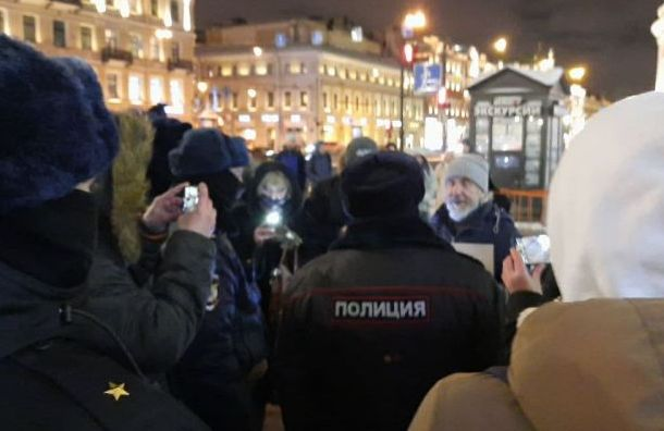 Трансляция акции «Любовь сильнее страха»: Петербург светит фонариками