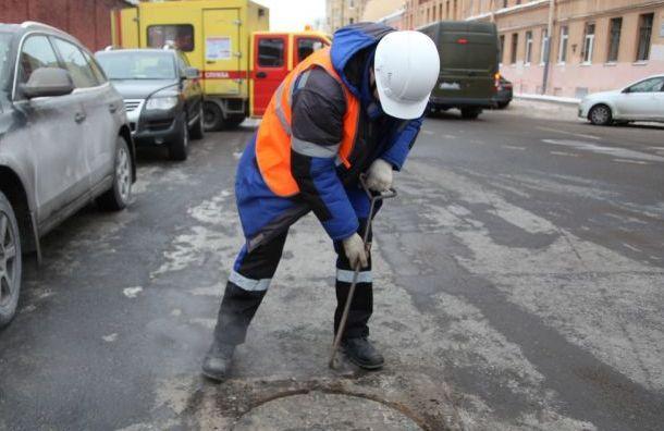 Специалисты приступили кремонту лопнувшей трубы вбаре наНекрасова