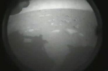 Американский марсоход совершил успешную посадку ипередал фотографию планеты
