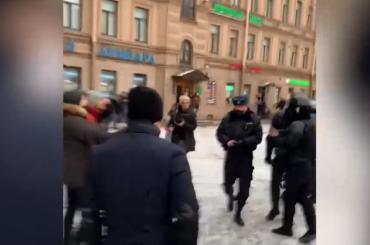 Петербуржец принес извинения перед доставшим пистолет полицейским наСенной