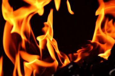 Двоих человек увезли наскорой после пожара вгороде Колпино