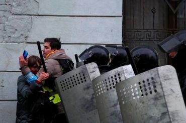 Журналист MR7 напротестной акции укрыл девушку отдубинок ОМОНа