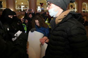 Первые задержания начались уГостиного Двора вПетербурге