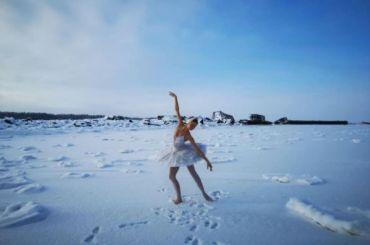 Балерина Мариинского театра исполнила танец-протест нальду Финского залива