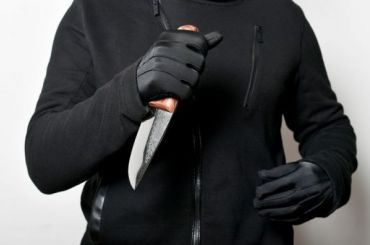 Мигрант ради сумки ударил ножом медсестру напроспекте Большевиков