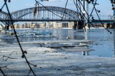 Зима уходит изПетербурга, дождливая весна приходит насмену