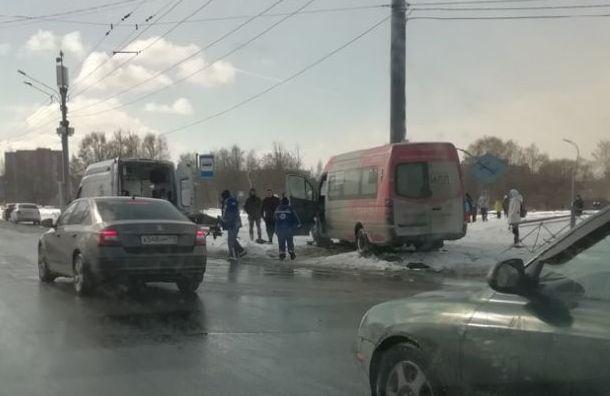 Маршрутка врезалась вограждение иснесла дорожный знак наСветлановском