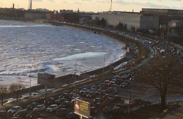 Авария спровоцировала огромную пробку наСвердловской набережной