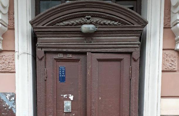 Вдоме наЧайковского заменили старинные двери нановодел