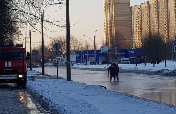 Байконкурскую улицу затопило холодной водой после прорыва трубы