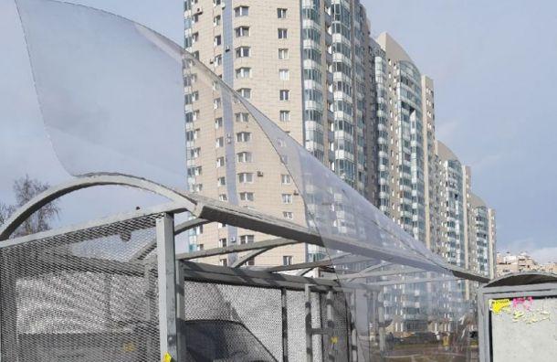 Ветер сорвал крышу автобусной остановки наГражданском проспекте